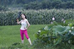 一朵妙的女性摄影师和莲花 免版税库存图片
