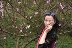 一朵妙的妇女和桃子花 免版税库存照片