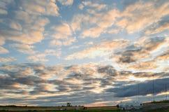 一朵巨大,不尽的天空和云彩,照亮由朝阳 库存图片