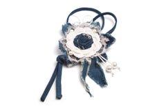 以一朵手工制造花的形式简单的垂饰由牛仔布织品制成在白色背景 免版税库存图片