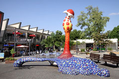 以一朵抽象花的形式现代雕塑在公园我 库存照片