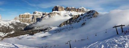 一朵有薄雾的云彩的高山滑雪倾斜 免版税库存照片
