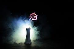 一朵枯萎的玫瑰符号化失去的爱,离婚,或者一个坏关系,死者在黑暗的背景上升了 库存照片