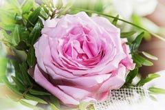 一朵桃红色玫瑰,可爱的礼物花束  免版税库存图片