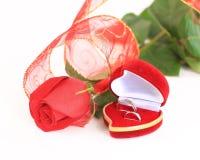 一朵玫瑰和一个箱子有圆环的 图库摄影