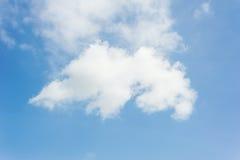 一朵白色云彩的形状与蓝天的 免版税库存图片