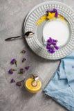 一朵白色圆滑的人和逗人喜爱的花的顶视图 在轻的背景的美丽的点心 鸡尾酒、花和柠檬 库存图片