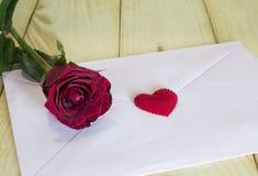 一朵红色玫瑰和桃红色信封2 免版税库存图片