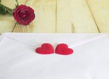 一朵红色玫瑰和桃红色信封3 免版税库存图片