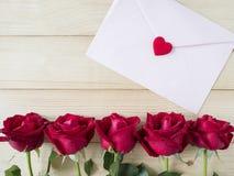 一朵红色玫瑰和桃红色信封5 库存照片