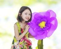 一朵红色纸花的女孩 库存照片
