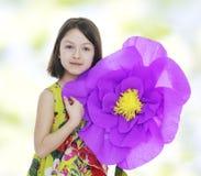 一朵红色纸花的女孩 免版税图库摄影