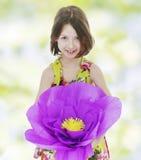 一朵红色纸花的女孩 库存图片