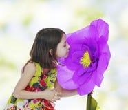 一朵红色纸花的女孩 免版税库存图片