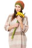 一朵美丽的妇女和黄色花的纵向 免版税图库摄影