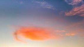 一朵美丽的桃红色云彩的看法在日落以后的 库存照片