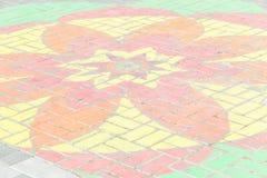 一朵花的图画在砖石头块的 免版税库存照片