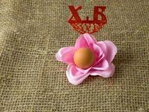 以一朵花的形式一个鸡蛋对复活节假日 免版税库存照片