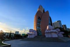 以一朵莲花的形式大厦在芽庄市的堤防 库存图片