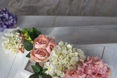 一朵黄色和桃红色大丽花的美丽的花束 精美花,柔和的颜色 浅粉红色,淡黄色 免版税库存图片