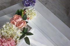 一朵黄色和桃红色大丽花的美丽的花束 精美花,柔和的颜色 浅粉红色,淡黄色 免版税库存照片