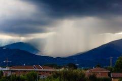 一朵黑暗的云彩威胁在山的雷 免版税库存照片