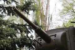 一杆坦克枪的特写镜头在一个绿色森林的背景的 免版税图库摄影