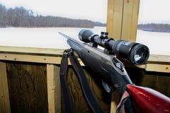 一杆步枪的侧视图在狩猎窗帘的 库存图片