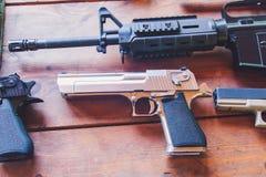 一杆离开的老鹰` s枪在一张木桌上说谎 库存图片