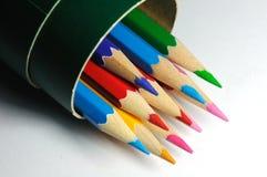 一束在一个纸箱的五颜六色的铅笔 免版税库存照片