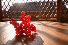 一束在一张木桌上的红色山脉灰 库存图片