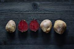 一束在外部五颜六色的食物里面的甜菜根 免版税库存图片