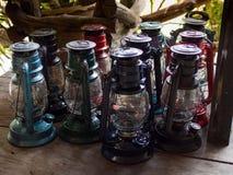 一束在木地板上的多个颜色灯笼 免版税图库摄影