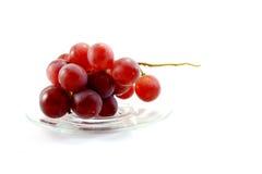 一束在清楚的盘的红葡萄 免版税图库摄影