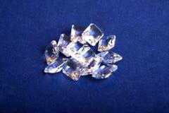 一束在蓝色背景的水晶 免版税库存图片