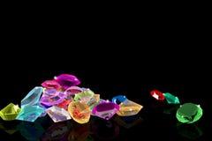 一束在被反映的背景的宝石 库存例证