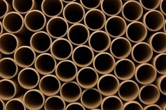 一束棕色工业纸核心 很多纸核心或纸管 包装纸卷 库存照片