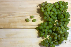 一束甜绿色无核的葡萄 图库摄影