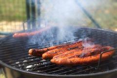 一束的特写镜头烤在烤肉的merguez香肠 库存图片