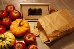 一束的高角度拍摄红色苹果、微型南瓜和酥脆面包 免版税库存照片