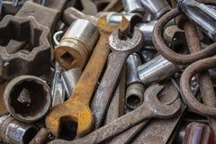 一束老工具一些生锈在堆 免版税库存照片