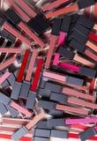 一束聪慧的红色博尔,红色,在白色背景,顶视图,化妆用品的桃红色唇膏嘴唇光泽 免版税库存图片