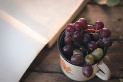 一束葡萄在一个白色杯子的 免版税库存照片