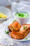 一条三文鱼的油煎的内圆角用绿豆调味 免版税库存图片