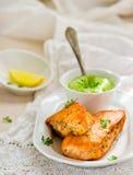 一条三文鱼的油煎的内圆角用绿豆调味 免版税图库摄影