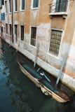 一条下沉的小船在威尼斯意大利 库存照片
