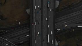 一条主要公路的顶视图在城市 E 向下的照相机下降在路 股票录像