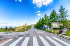 一条乡下公路在Utsukushigahara公园的春日是一个o 免版税库存图片