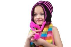 一条五颜六色的围巾的微笑的六岁的女孩 免版税图库摄影