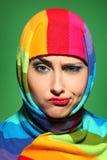 一条五颜六色的围巾的女孩 免版税库存图片